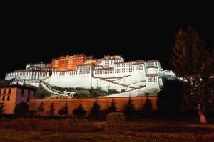 o palácio de potala e a parede circundante à noite. lhasa-tibet-china. 1150