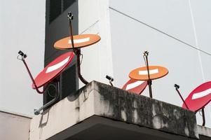 antenas parabólicas vermelhas e laranja