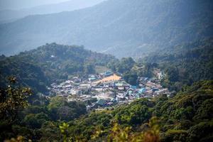 vista superior da aldeia de montanha foto
