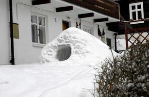 iglu na frente da casa foto