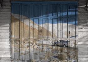 """mural """"neve em leh ladakh"""". o conceito de pintura de portas de madeira foto"""