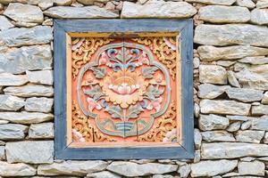 janela com decoração tradicional em casa tibet de pedra foto