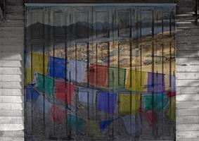 o conceito de pintura de portas de madeira foto