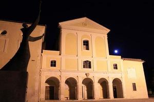 visão noturna de st. mosteiro de joão em capistrano, abruzzo, itália foto