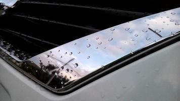 pára-choques dianteiro do carro em material prateado foto