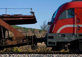 trem de carga vermelho
