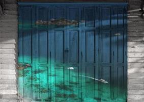 """mural da """"vista do mar da ilha similan"""". a porta de madeira pintando co"""