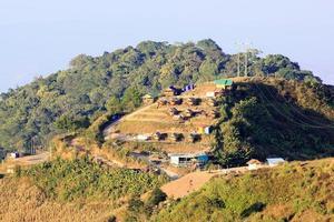 grupo de casa na colina foto