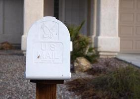 caixa de correio na frente da casa foto