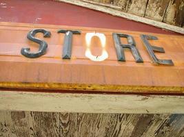 detalhe de placa de loja de campo desgastada foto