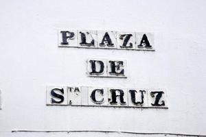 placa de rua para a praça de santa cruz; sevilha foto