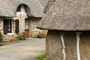 casas tradicionais com telhado de colmo na bretanha, frança
