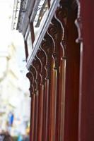 elementos de fachada oriental vermelha de madeira