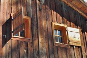 janelas em cabana de madeira