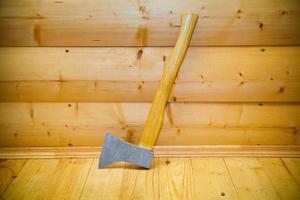 machado rústico na sauna foto
