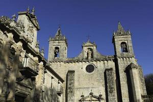 mosteiro de san estevo em ourense contra um céu azul claro foto