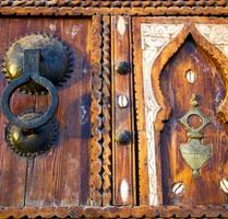 casca marrom enferrujado em Marrocos na áfrica a antiga fachada de madeira foto