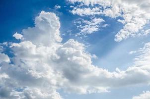 nuvens no céu azul foto