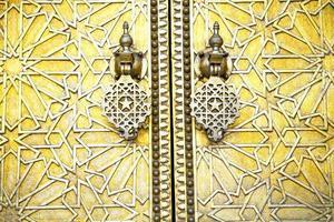 metal enferrujado marrom marrocos em madeira estrela dourada foto