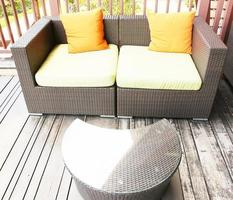 sofá de vime com mesa de centro