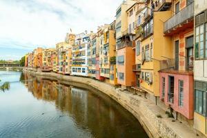 girona. fachadas multicoloridas de casas no rio Onyar foto