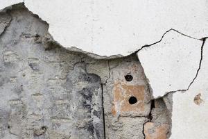 parede de tijolos da velha casa de crack de cimento de bambu foto