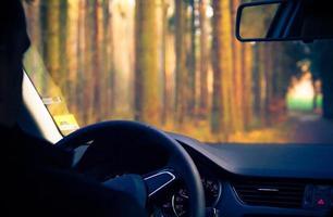 vista dentro da estrada do carro em movimento foto