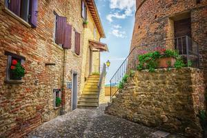 rua italiana em uma pequena cidade provincial da toscana foto