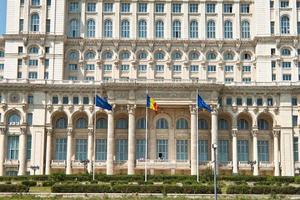 vista frontal do palácio do parlamento, bucareste romênia foto
