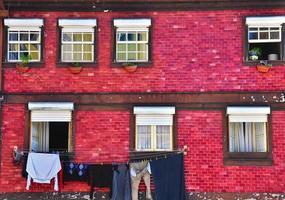 casa antiga colorida com paredes de azulejos