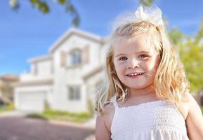 linda garota sorridente brincando no jardim da frente foto