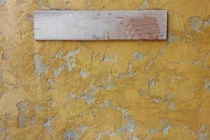 placa de sinal de madeira na parede de concreto. foto