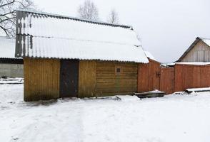 construções de madeira sob a neve foto
