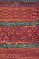 Artesanato de seda tailandesa colorida orgânica com corantes naturais close-up foto