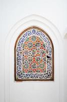 janela em arco ornamentado com motivos islâmicos floridos