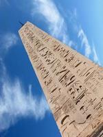 obelisco e nuvem foto