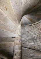 detalhe de uma escada em espiral de pedra em um antigo castelo