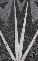 chão desenhado com pedras