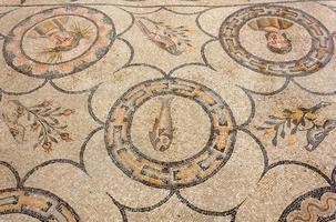 piso de mosaico antigo na basílica de Aquileia