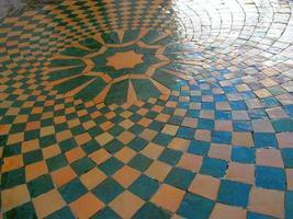 piso de ladrilho de cor natural foto