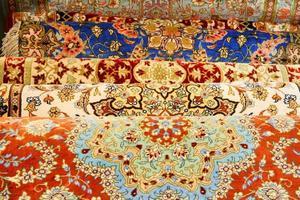 muitos tapetes persas multicoloridos vibrantes foto