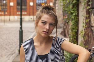 retrato de uma jovem bonita na rua. foto