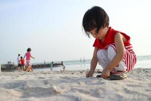 crianças chinesas asiáticas jogando areia foto