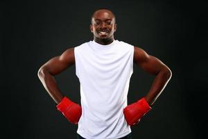 homem africano feliz em luvas de boxe foto