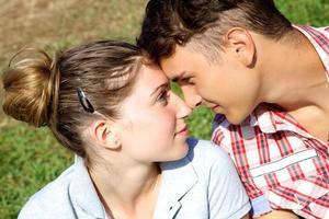 casal apaixonado olhando um para o outro foto