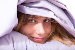 mulher sorridente na cama foto