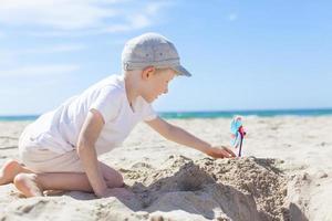 garoto na praia foto