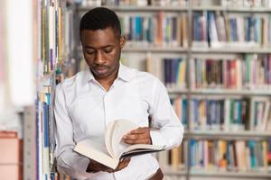 retrato de um aluno em uma biblioteca foto