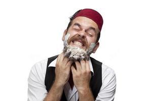 homem com chapéu tradicional turco e vestido kabadayi infeliz de barbear foto