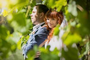 retrato de noiva abraçando o noivo no parque foto